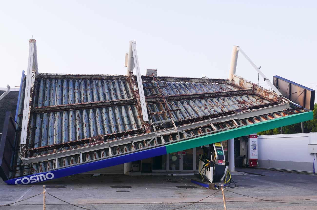 台風で倒壊したガソリンスタンド