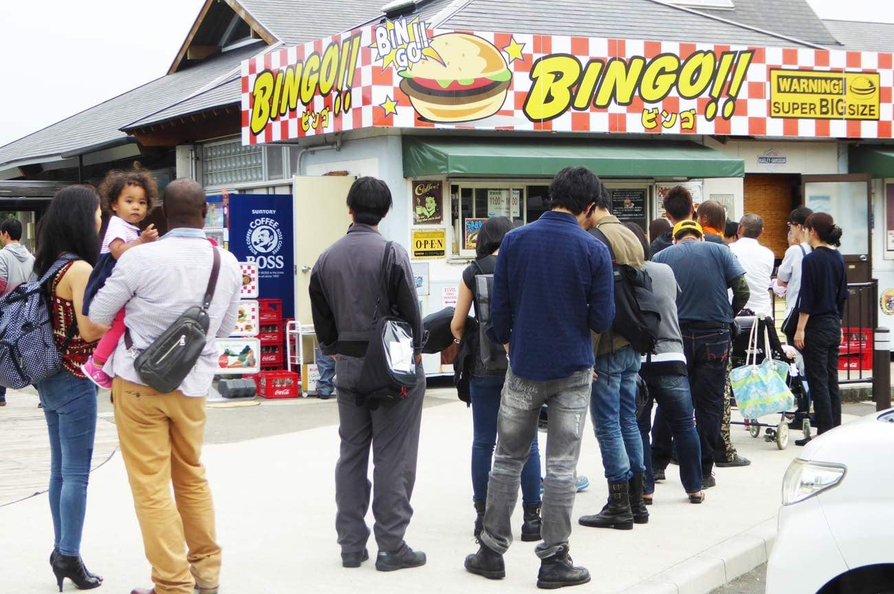 ビンゴバーガー店舗前の行列