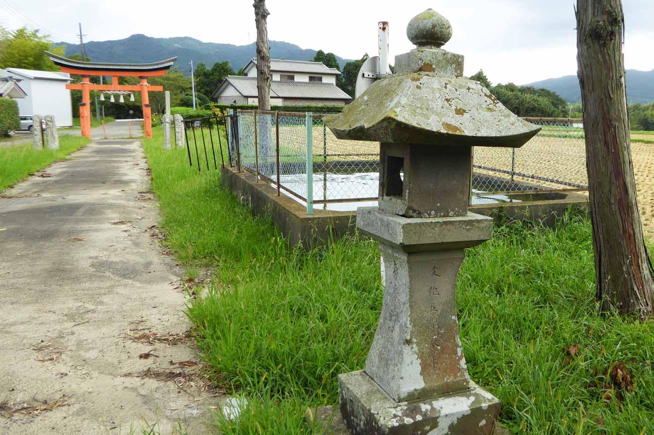 加茂神社境内と常夜灯