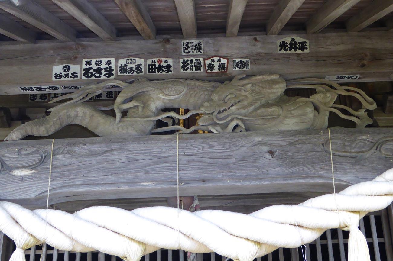 拝殿の龍の彫刻