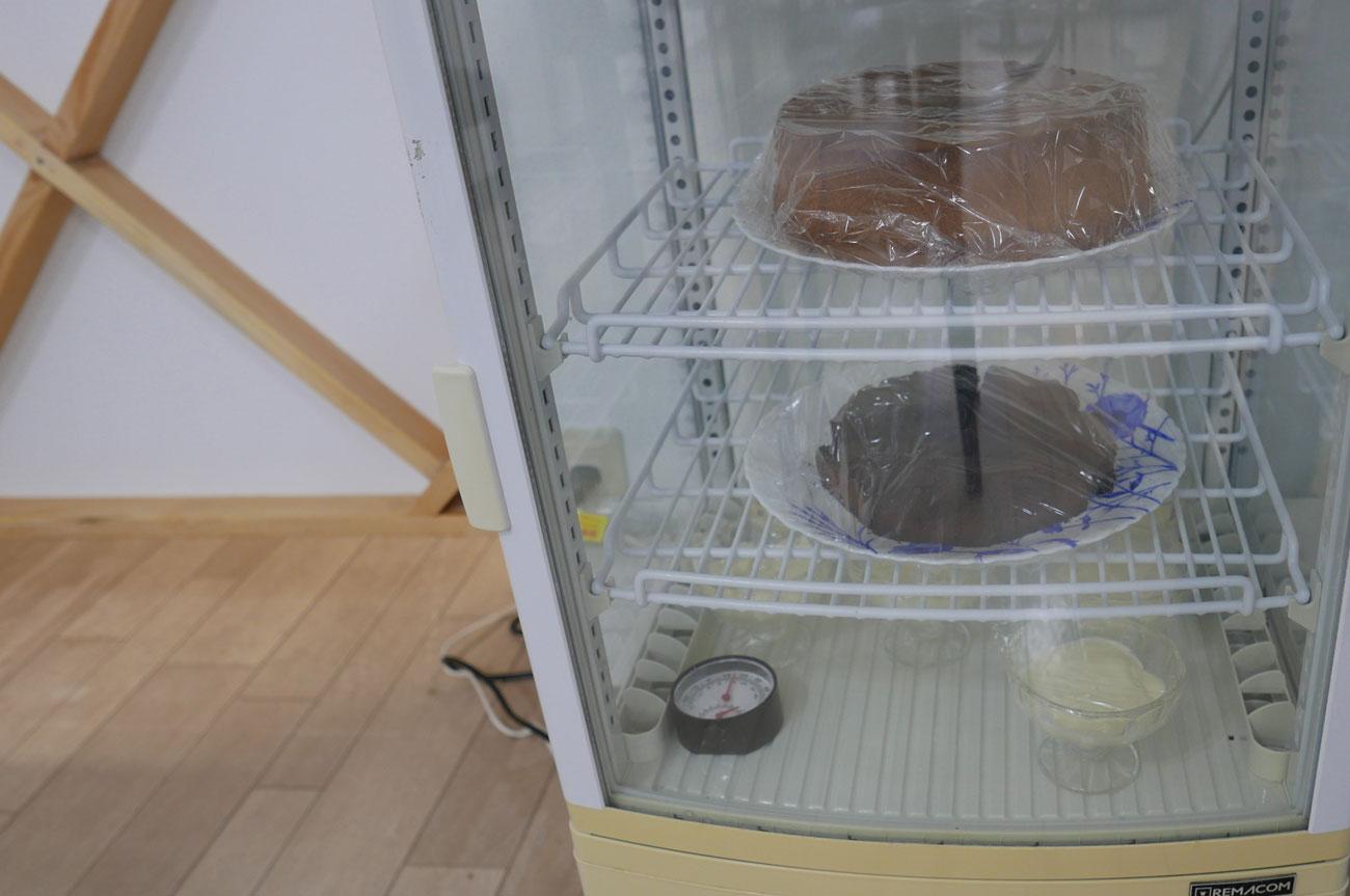 手作りケーキの冷蔵庫