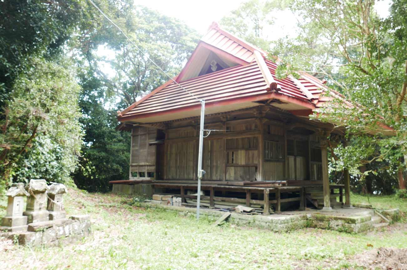 諏訪神社拝殿(左横より撮影)