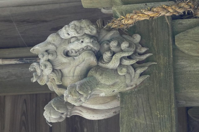 木鼻の獅子の彫刻(左)