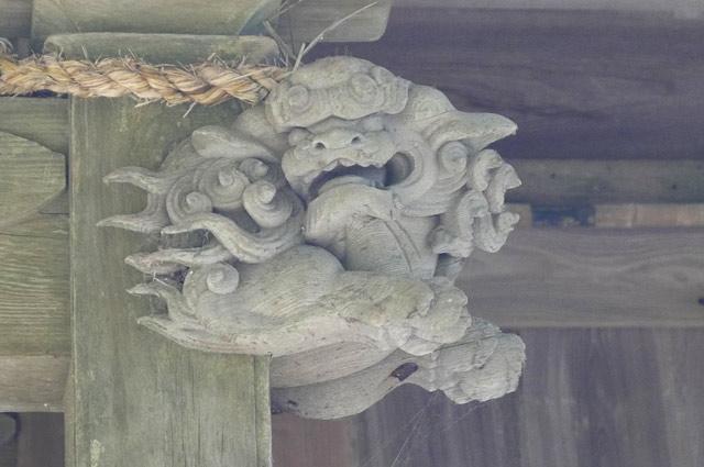 木鼻の獅子の彫刻(右)