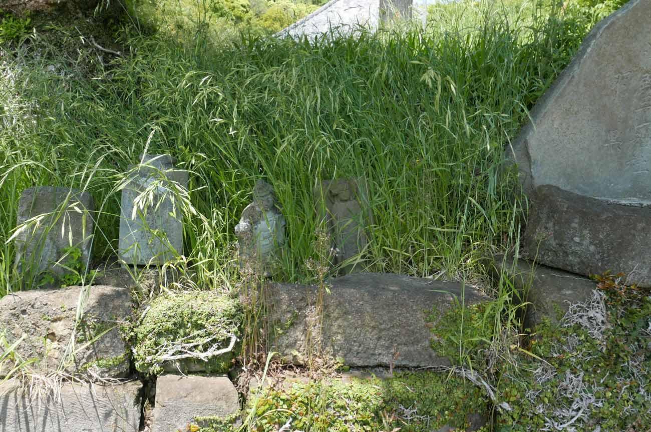 出羽三山碑左の石像