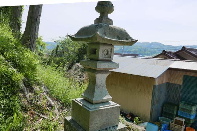 白幡神社の常夜灯(左)