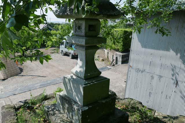 白幡神社の常夜灯(右)