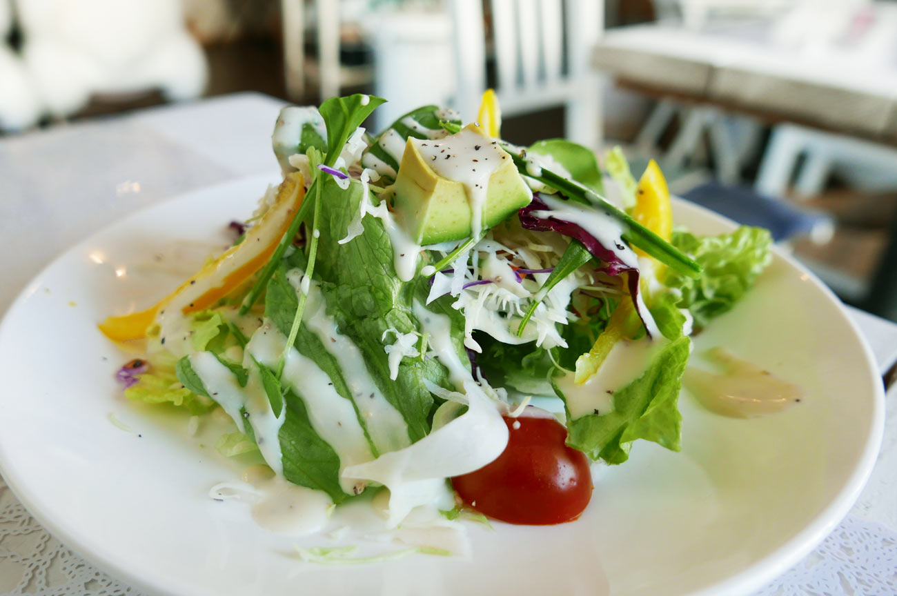 前菜のサラダを横から撮影