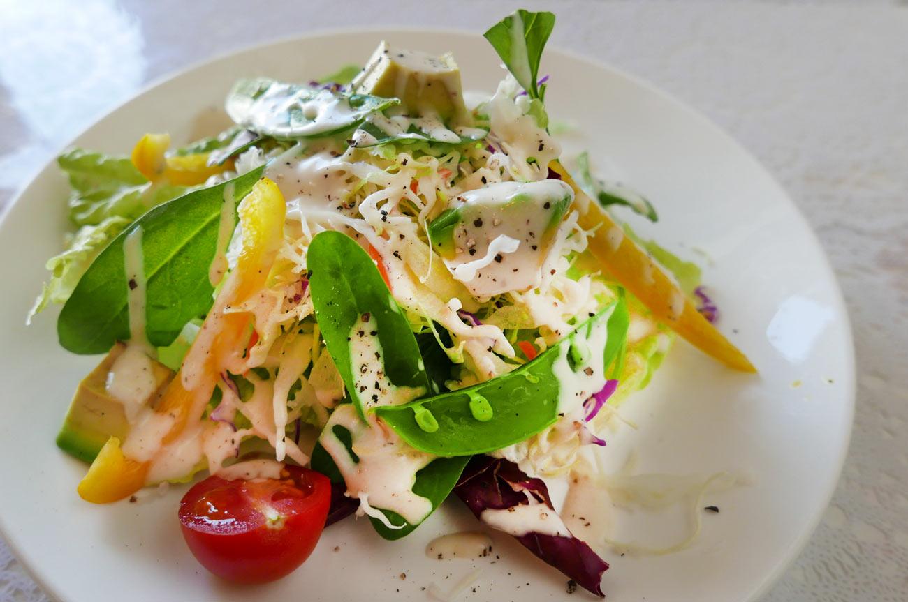 前菜のサラダを上から撮影