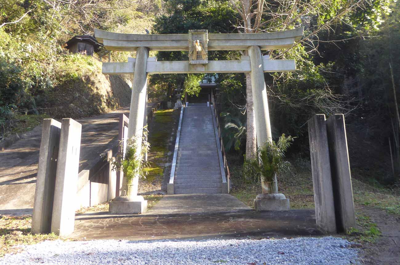 十二所神社の鳥居と参道