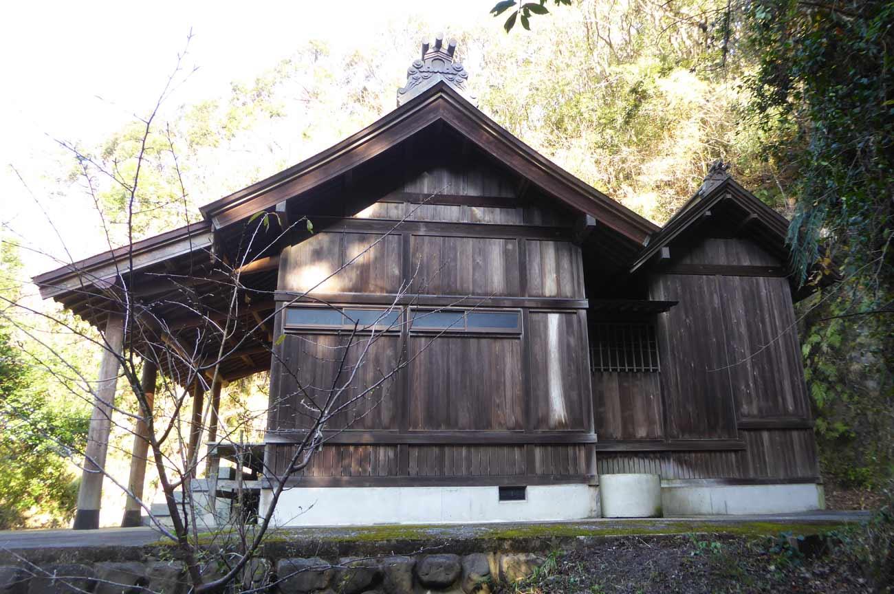 十二所神社の拝殿と本殿