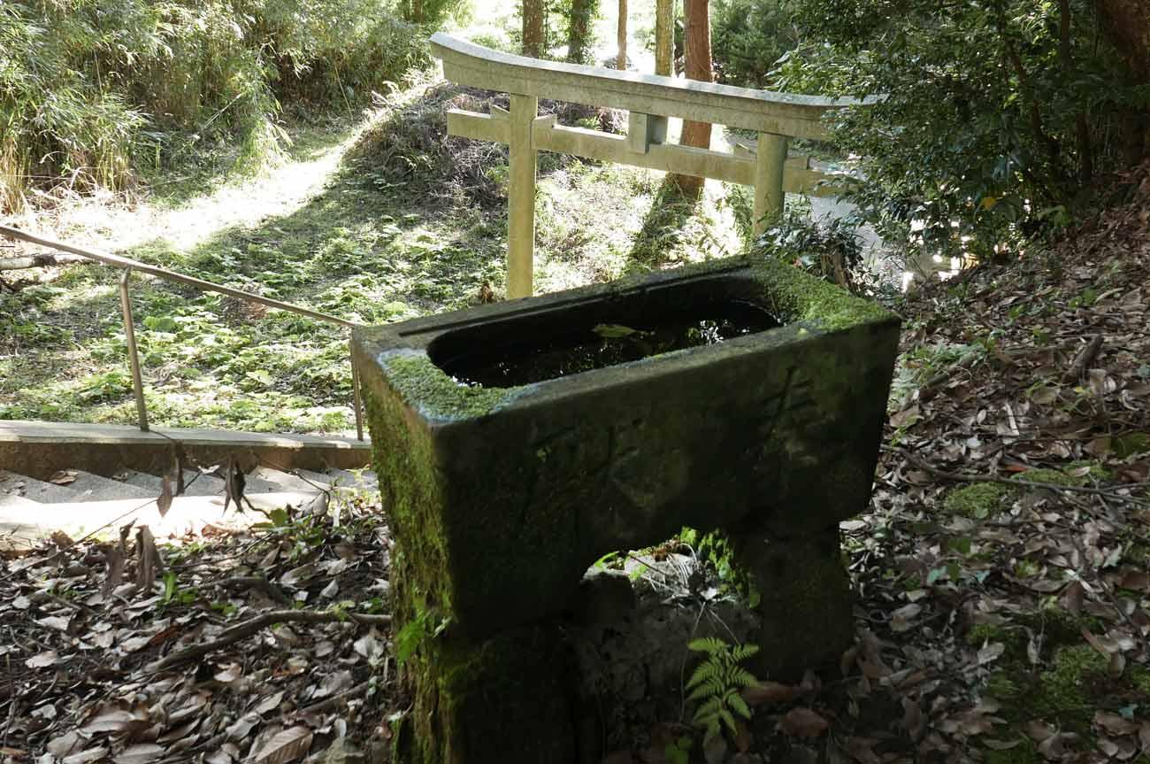 愛宕神社の手水石