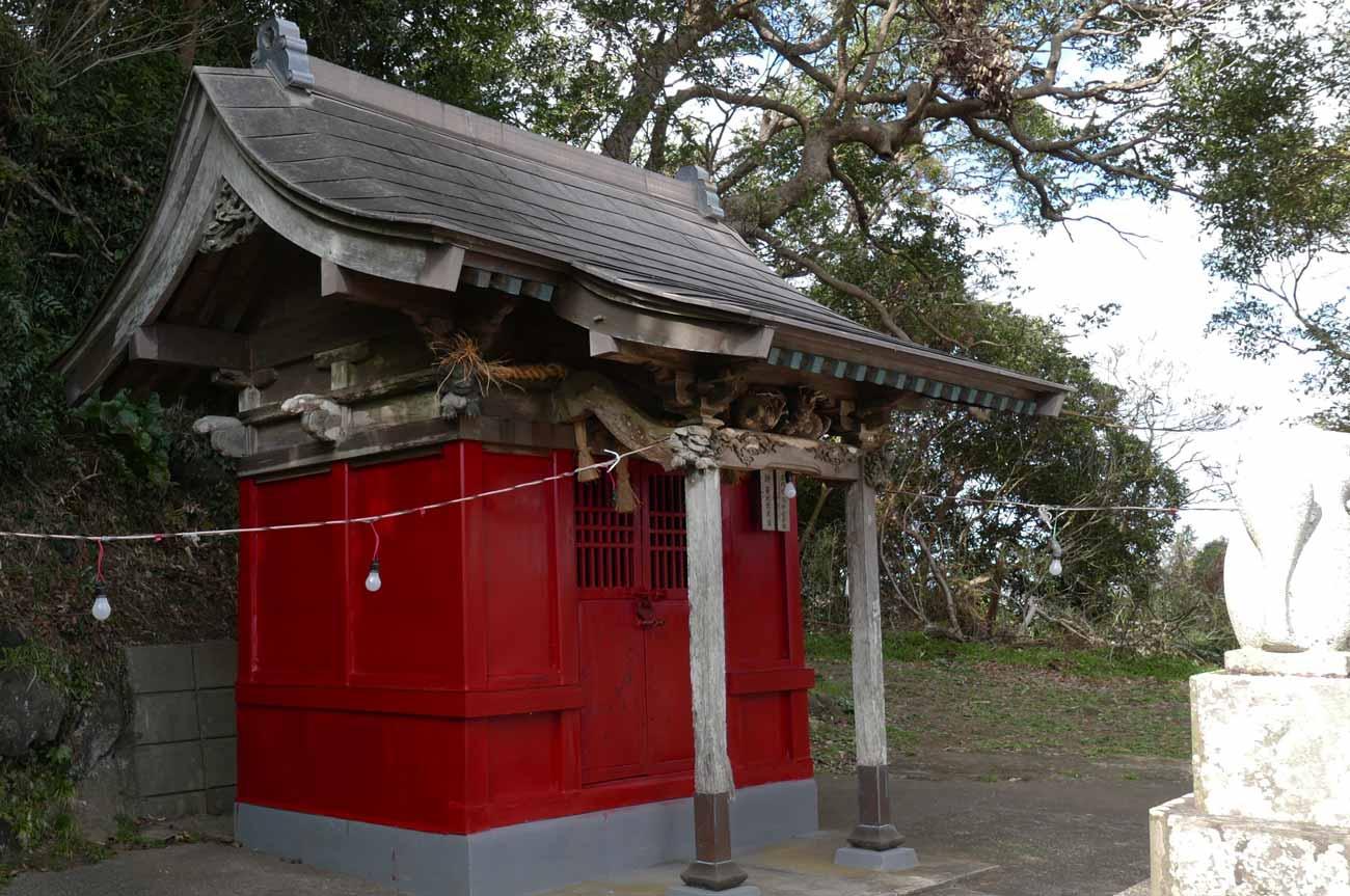 平舘稲荷神社の拝殿(左側)