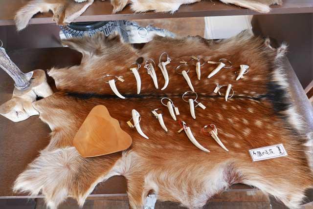 鹿の毛皮と骨のアクセサリー