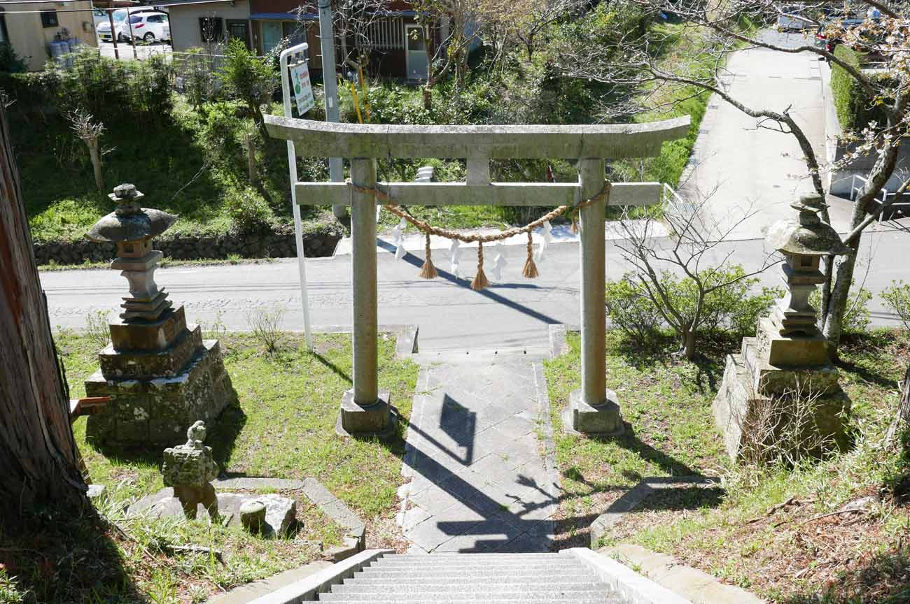 八幡神社の鳥居と常夜灯