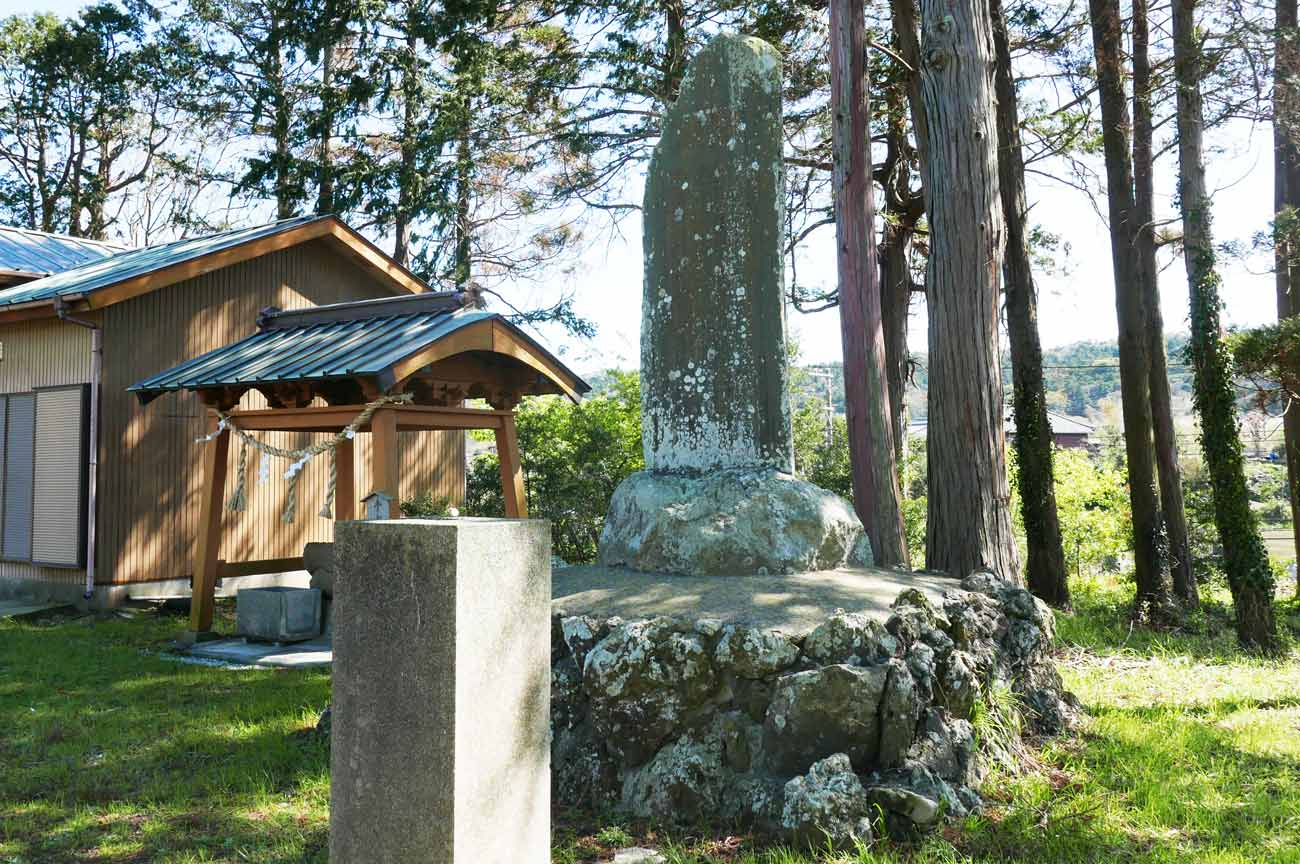 拝殿右手前の石碑と手水舎