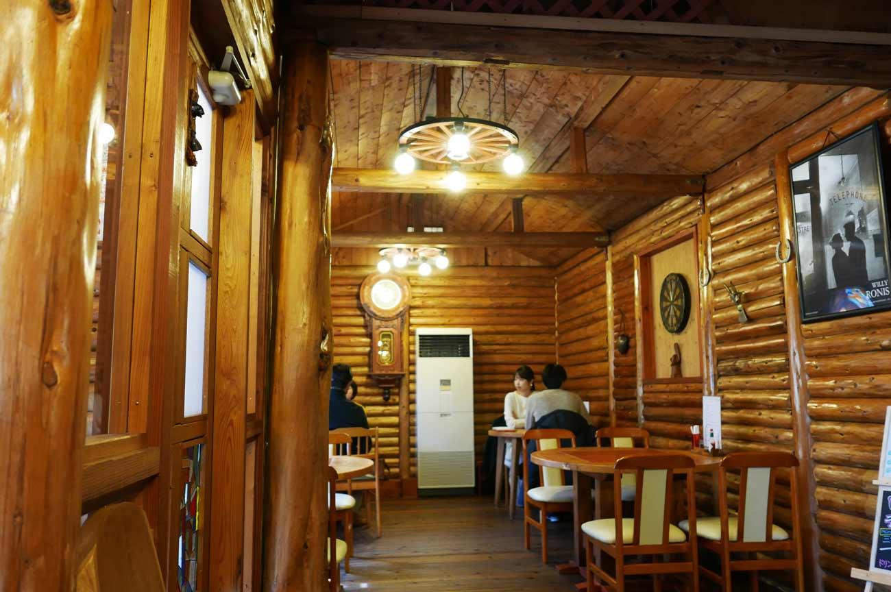 ピザハウス丸太小屋の店内(入口左側)