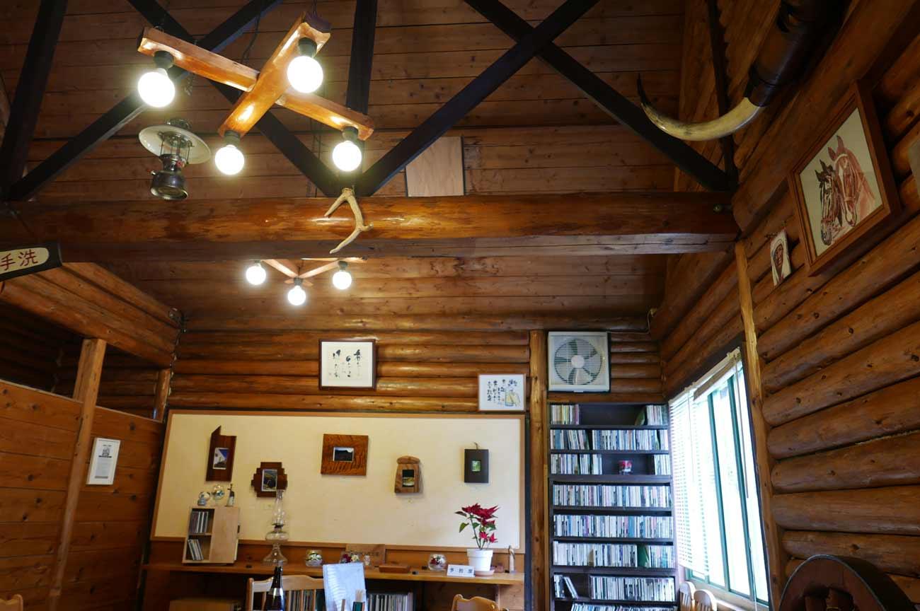 ピザハウス丸太小屋の店内(入口右側)
