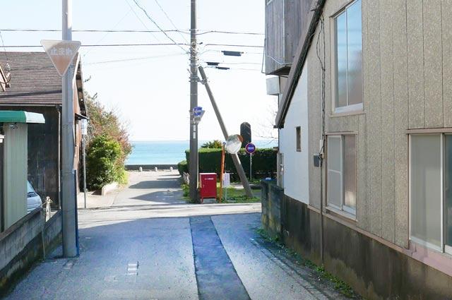 和田浦海水浴場前の入り口