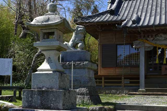 八雲神社の常夜灯(左)