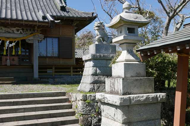 八雲神社の常夜灯(右)