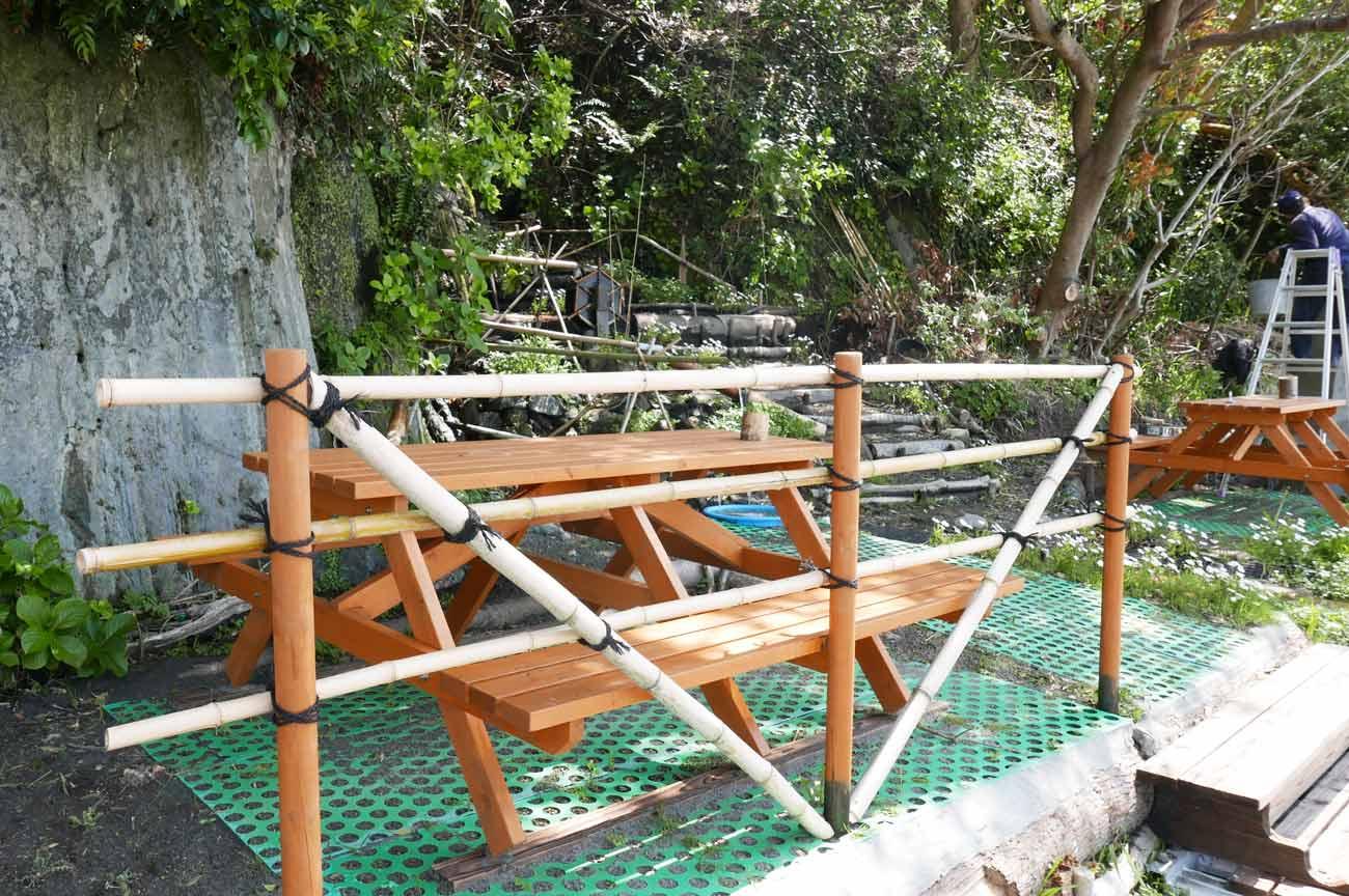 木のテーブルとベンチ