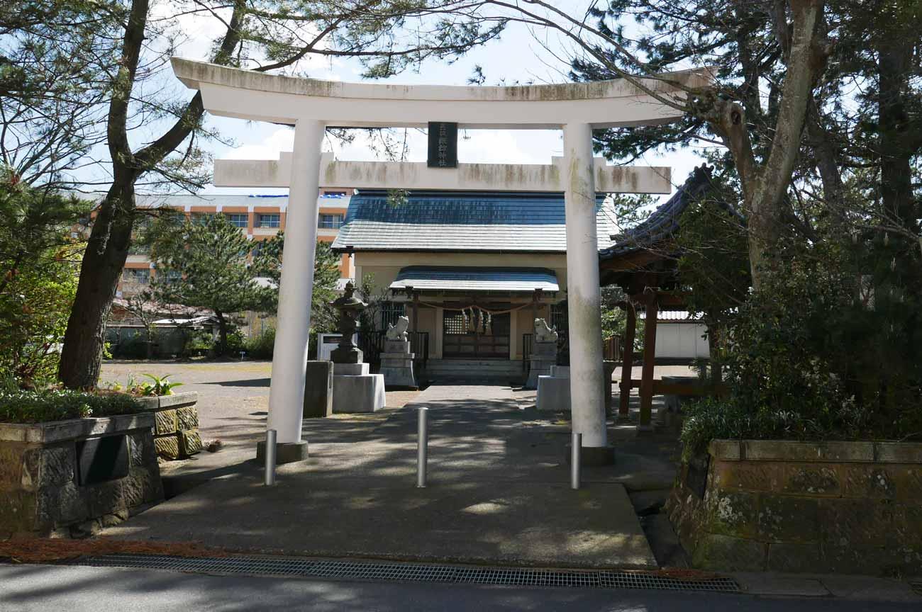 諏訪神社の境内と拝殿