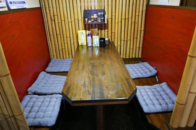 半個室のテーブル席