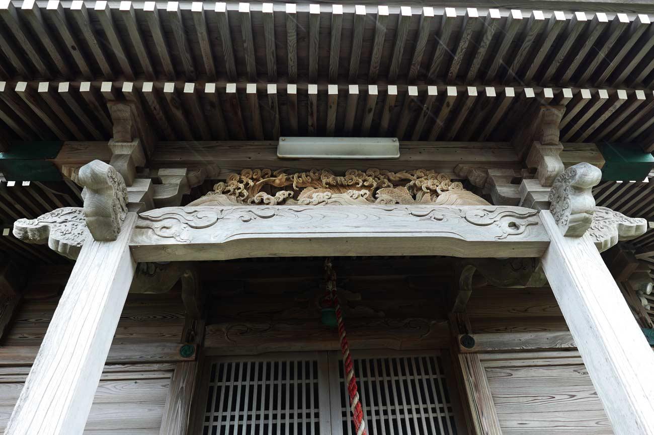 拝殿向拝の波と鯛の彫刻