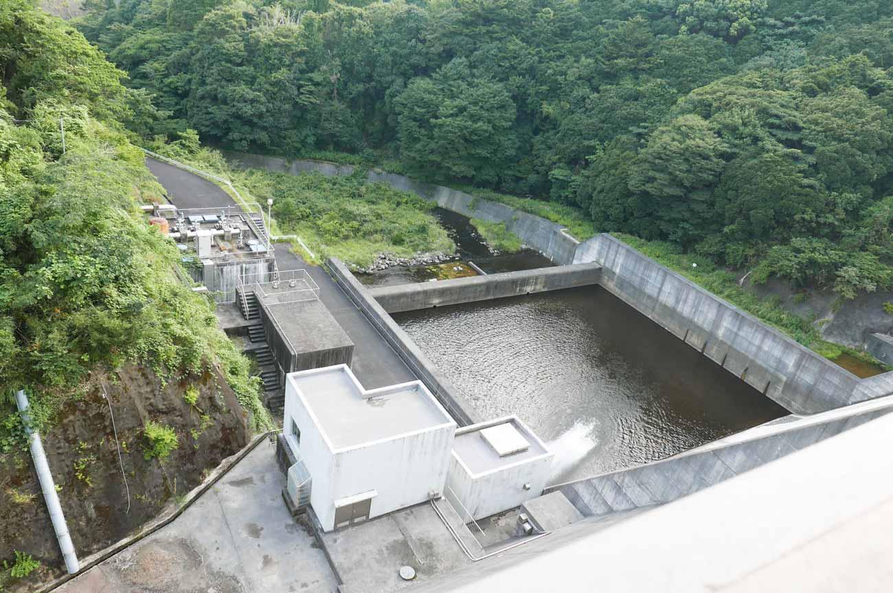 堰堤下の待崎川