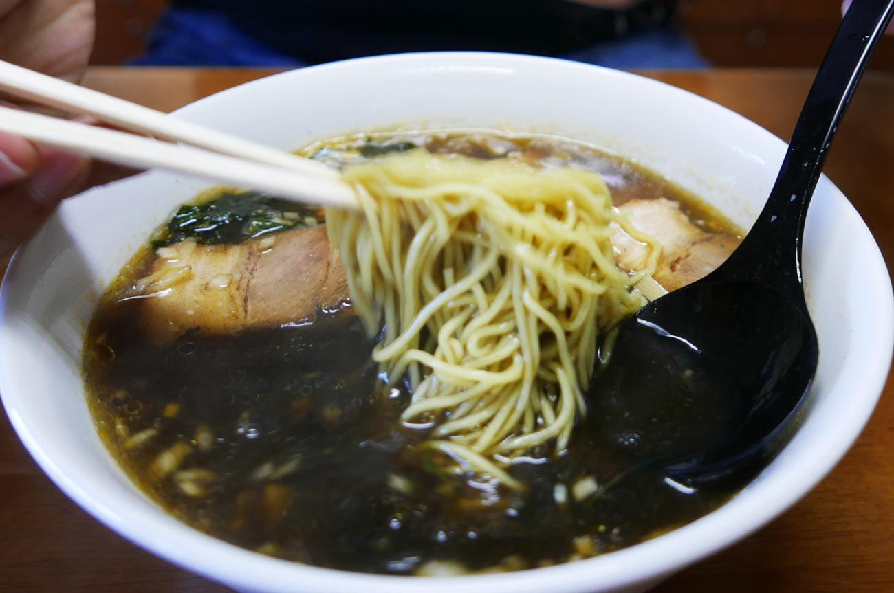 海藻とろろラーメン黒スープを混ぜる様子