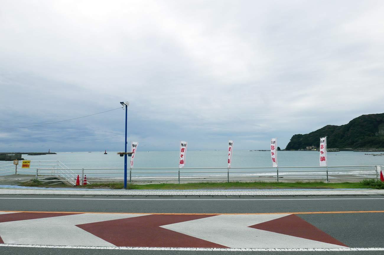 鴨川食堂前の海