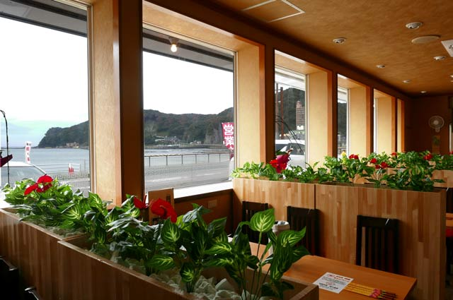 鴨川食堂のテーブル席