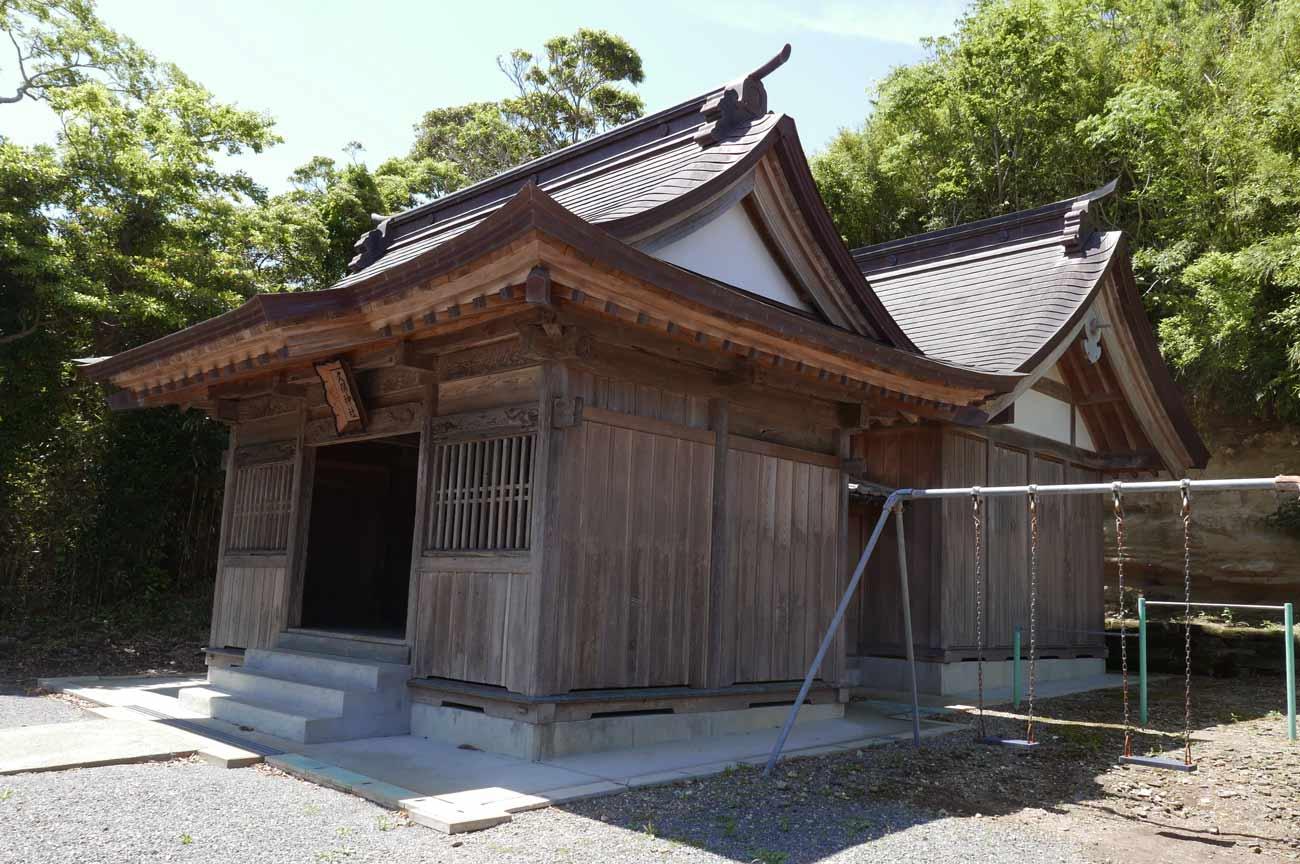 久保神社の拝殿と本殿
