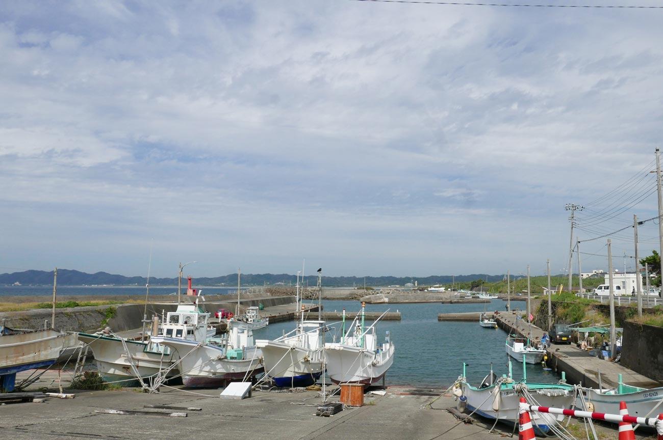 店舗前の布良漁港
