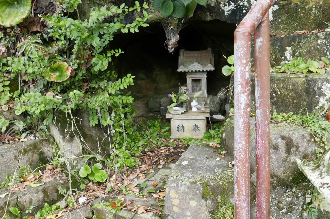 九頭竜神社洞窟の石宮