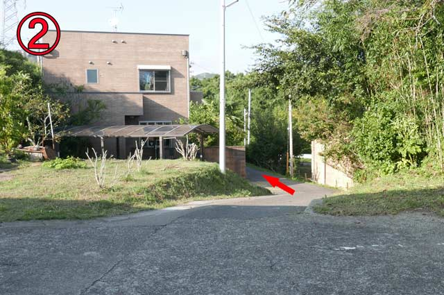 駐車場の間の細い道