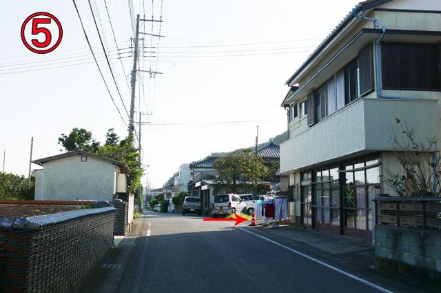 民家横の細い道