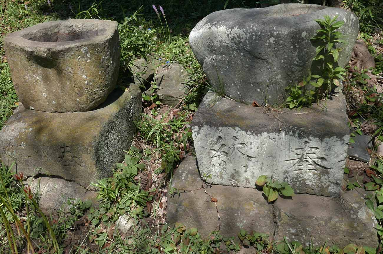 八剣神社の手水石