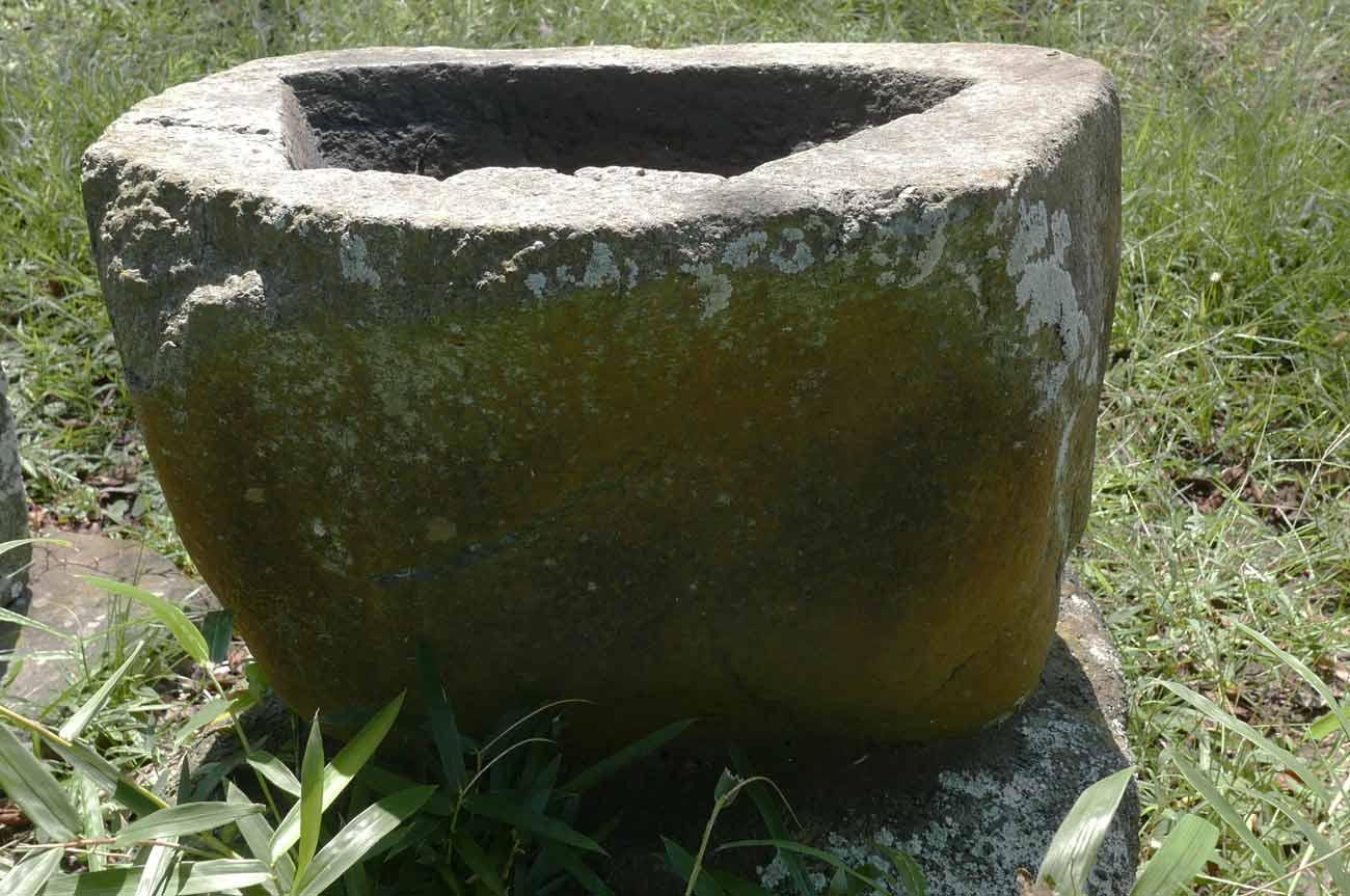八剣神社の手水石2