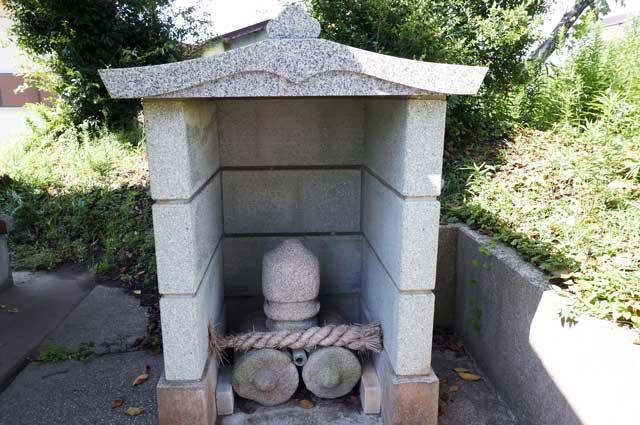 拝殿右の石祠