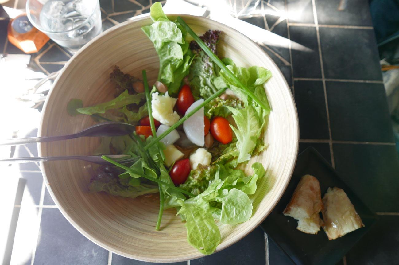 ランチの大きなサラダ