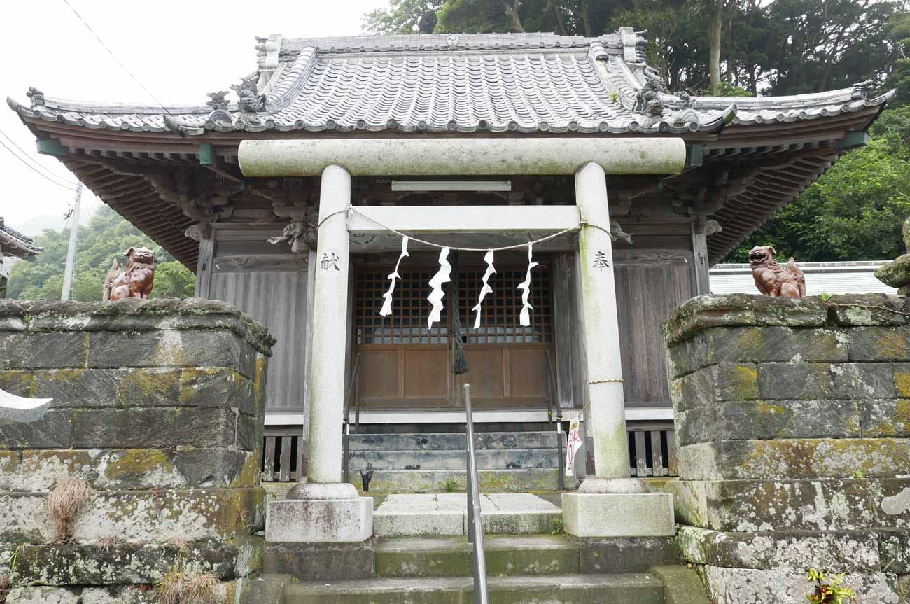 金谷神社の二の鳥居と拝殿