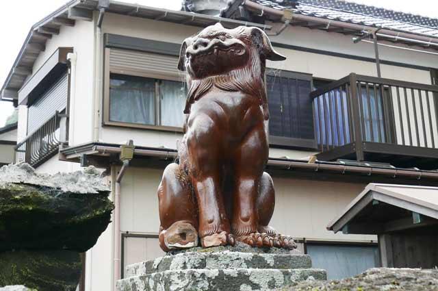 陶器の狛犬(左)