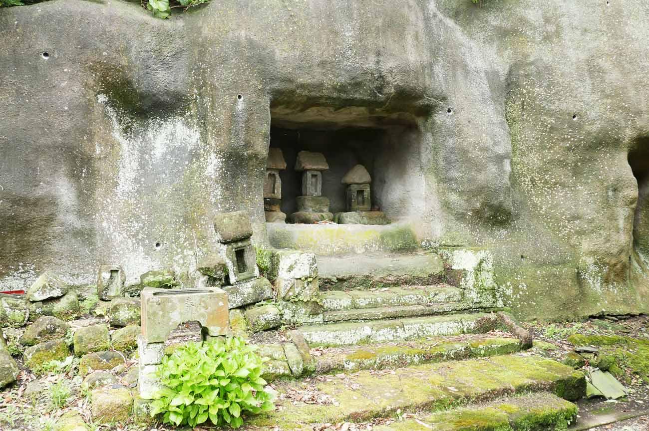 拝殿裏の石宮群