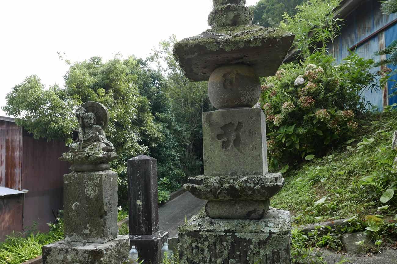 観音寺の地蔵像と石塔