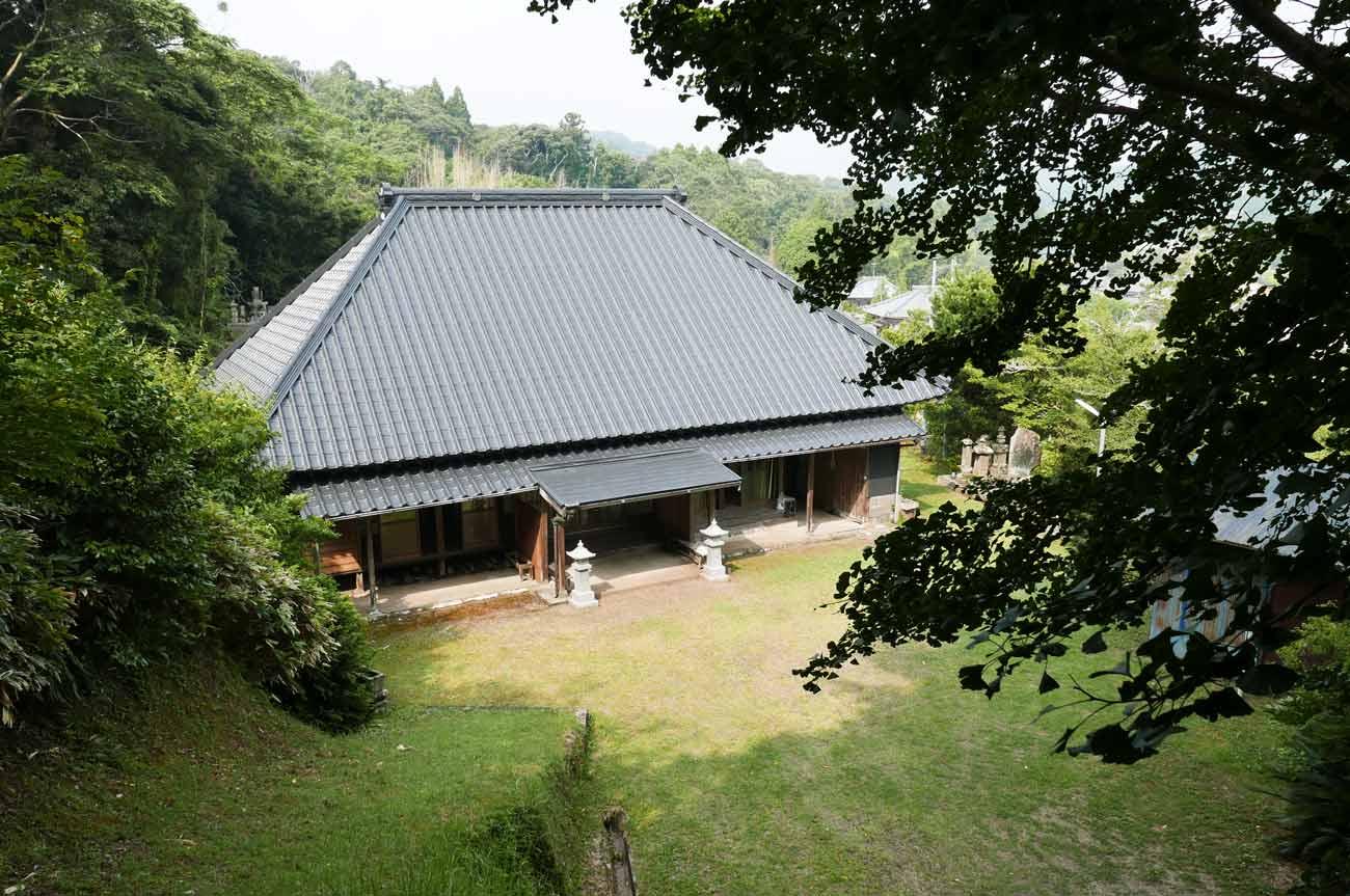 観音寺を山の上から撮影