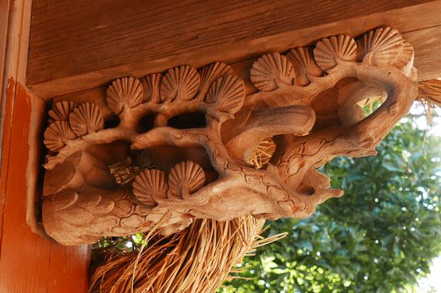 松の彫刻(右)