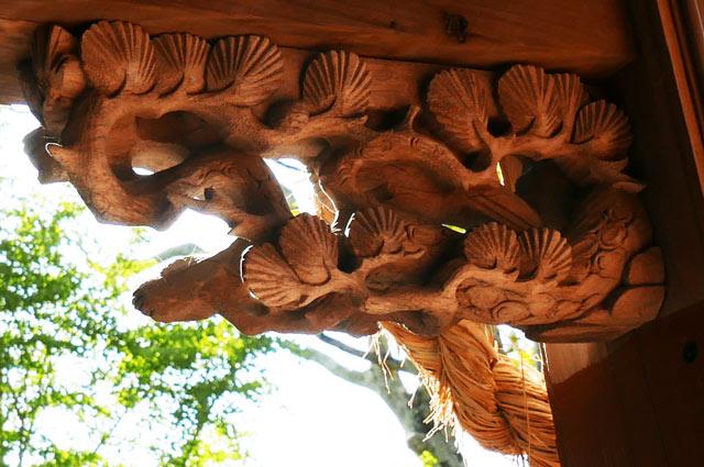 松の彫刻(左)