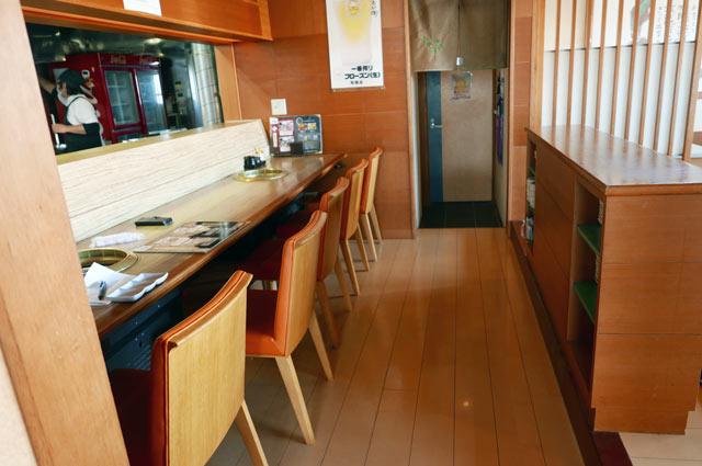 栄蔵八幡店のカウンター席